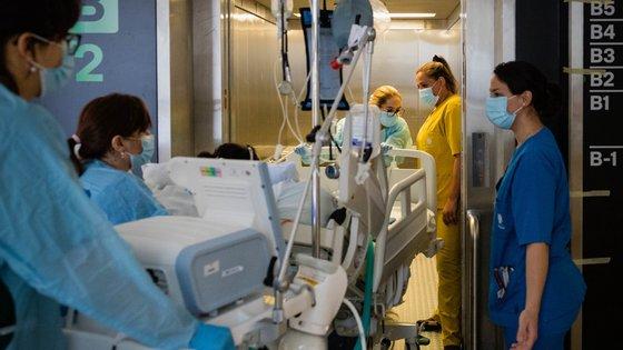 Funcionários transportam um paciente numa cama no Hospital de São João, hospital que enfrentou a pandemia de covid-19, Porto, 18 de maio de 2021. (ACOMPANHA TEXTO DE 19/05/2021) JOSÉ COELHO/LUSA