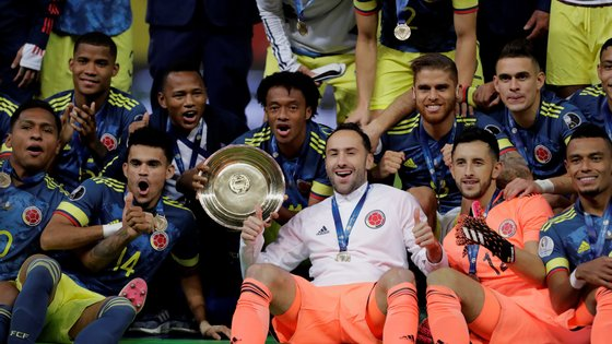 epa09334889 Players of Colombia pose after winning third place, following the Copa America match between Colombia and Peru at Mane Garrincha stadium in Brasilia, Brazil, 09 July 2021.  EPA/Joedson Alves