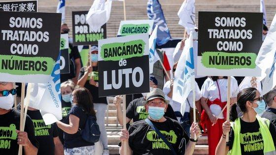 Já em julho, os sete sindicatos do setor bancário tinham-se manifestado em frente ao parlamento, e admitiam a possibilidade de greve nacional