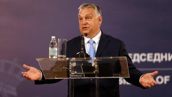 """Orbán, que não indicou a data para a realização deste referendo, pediu aos húngaros que respondessem """"não"""" a todas as perguntas, manipulando os resultados para um contexto negativo."""