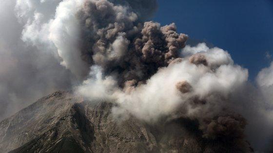 A erupção do Sinabung em agosto de 2020