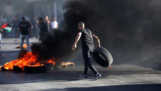 O Exército israelita disse que as tropas responderam com tiros depois de centenas de palestinianos se terem manifestado na fronteira Gaza-Israel