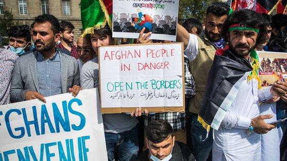 Os manifestantes, maioritariamente homens e jovens, concentraram-se na Praça da República com cartazes e bandeiras do Afeganistão