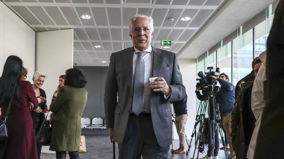 Orlando Figueira, que estava com uma licença sem vencimento, foi reintegrado nos quadros do MP, mas suspenso de funções por ser alvo de um processo disciplinar
