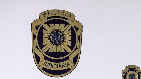 """""""A operação consistiu na realização de buscas domiciliárias"""" que culminaram na apreensão de diverso material informático, explica a Polícia Judiciária"""