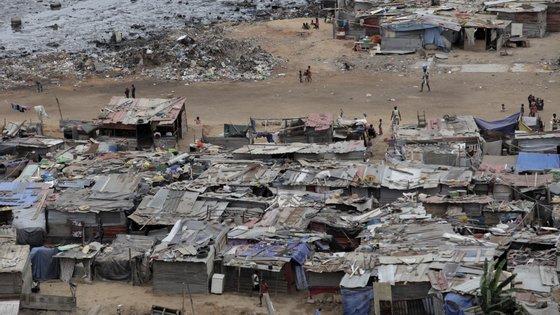 """De acordo com a SOS Habitat — Ação Solidária, aquelas famílias vivem há oito anos uma situação dramática, que as autoridades angolanas assistem """"de forma serena"""""""