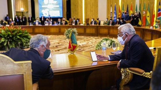 O Presidente da República de Portugal, Marcelo Rebelo de Sousa (E), conversa com o primeiro-ministro de Portugal, António Costa (D), durante a XIII Conferência de Chefes de Estado e de Governo da Comunidade dos Países de Língua Portuguesa (CPLP), em Luanda, Angola, 17 de julho de 2021. AMPE ROGÉRIO/LUSA