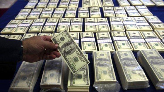 O euro negociou abaixo de 1,20 dólares, depois de ter recuado na sequência da publicação de dados sobre a criação de emprego nos EUA