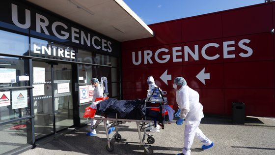 epa09078249 Hospital medical staff carry a patient with the Covid-19 disease at the Clinic du Millenaire, in Montpellier, France, 16 March 2021 after his evacuation from the city of Aix-en-Provence. Intensive care units of Provence Alpes Cote d'Azur's region actually are overloaded with Covid-19 patients and patients are moved to Occitanie region.  EPA/HORCAJUELO