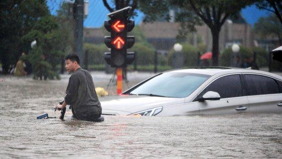 Em certos lugares, a água atingiu o primeiro andar dos edifícios