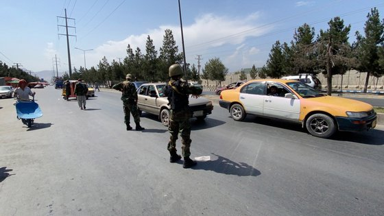 epa09445487 Taliban forces, wearing uniform in colors of former Afghan Army, stand guard at a road side check point in Kabul, Afghanistan, 03 September 2021. The Taliban on 02 September, said they have completed the consultation on government formation but were yet to decide who would head the new Afghan administration that they would announce very soon. The last group of American soldiers departed Kabul around midnight on Monday, ending the longest of US wars that began after the Sep.11, 2001 attacks in America.  EPA/STRINGER