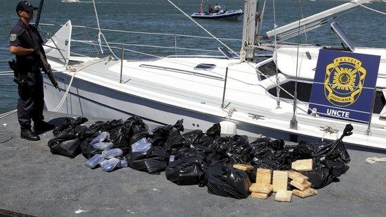 Os três tripulantes detidos tinham idades compreendidas entre os 34 e 41 anos
