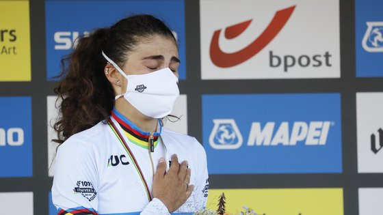 epa09487793 Elisa Balsamo of Italy celebrates on the podium after winning the Women Elite Road race at the 2021 Road Cycling World Championships in Leuven, Belgium, 25 September 2021.  EPA/JULIEN WARNAND