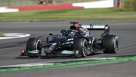 epa09352117 British Formula One driver Lewis Hamilton of Mercedes-AMG Petronas in action during the Formula One Grand Prix of Great Britain at the Silverstone Circuit, in Northamptonshire, Britain, 18 July 2021.  EPA/ANDY RAIN