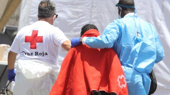Após quatro horas de navegação, o navio de salvamento resgatou os 18 sobreviventes e um migrante morto