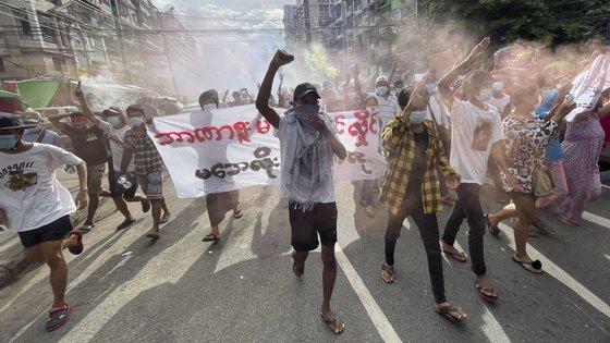 Os protestos têm-se multiplicado nas ruas de Myanmar desde o golpe de Estado de fevereiro
