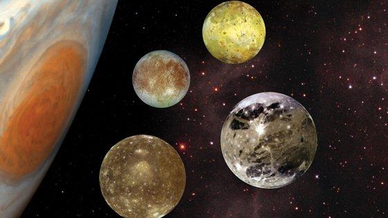 """Os quatro maiores satélites naturais de Júpiter: Io, Europa, Ganimedes e Calisto. A lua Ganimedes """"pode reter mais água do que todos os oceanos da Terra"""""""
