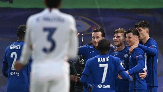 Timo Werner, ao centro, marcou o primeiro golo do triunfo inglês numa jogada que teve assistência de Kanté e um primeiro remate de Havertz à trave da baliza de Courtois