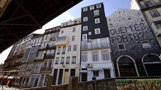 O mural, composto por mais de três mil azulejos, foi encomendado pelo município do Porto ao artista plástico Miguel Januário