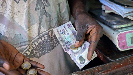"""As """"dívidas ocultas"""" foram contraídas entre 2013 e 2014 junto das filiais britânicas dos bancos de investimentos Credit Suisse e VTB pelas empresas estatais moçambicanas Proindicus, Ematum e MAM"""
