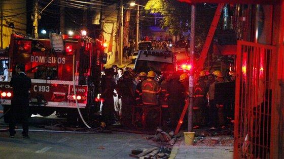Os bombeiros informaram que não há vítimas no local, numa série de mensagens publicadas na rede social Twitter