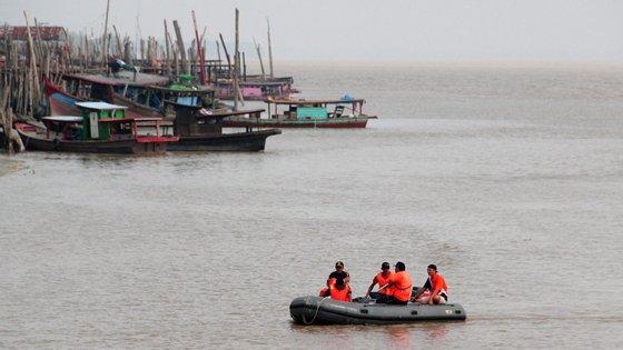Dois rebocadores e dois barcos insufláveis estão a procurar as pessoas desaparecidas