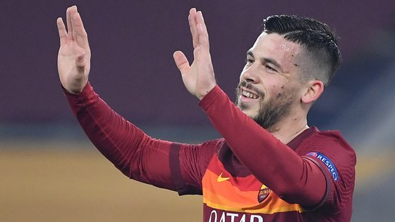 epa09037071 AS Roma's Carles Perez celebrates after scoring the 2-0 goal during the UEFA Europa League round of 32 second leg soccer match between AS Roma and Sporting Braga at Olimpico stadium in Rome, Italy, 25 February 2021.  EPA/ETTORE FERRARI