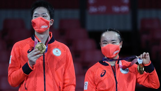 epa09367963 Jun Mizutani (L) and Mima Ito (R) of Japan pose on the podium with their Gold Medals after the Mixed Doubles Gold Medal Table Tennis Match China vs Japan of the Tokyo 2020 Olympic Games at the Tokyo Metropolitan Gymnasium arena in Tokyo, Japan, 26 July 2021.  EPA/HEDAYATULLAH AMID