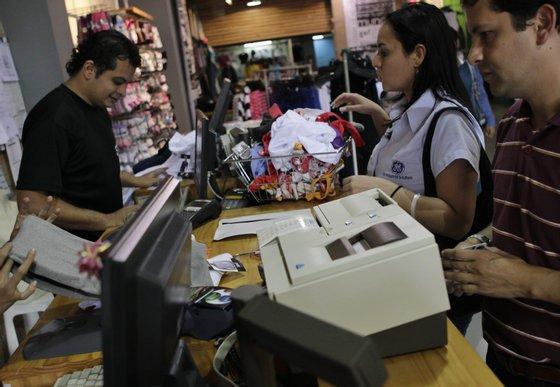 A queda da economia venezuelana só é ultrapassada pela de países em guerra ou afectados pela epidemia de ébola