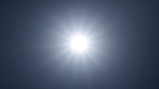 Para as regiões com risco elevado, aconselha o uso de óculos de sol com filtro UV, chapéu, 't'shirt' e protetor solar.