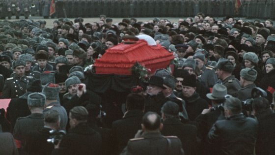 """""""Funeral de Estado"""", o documentário de Sergei Loznitsa sobre as exéquias de Estaline feito com imagens rodadas na época"""