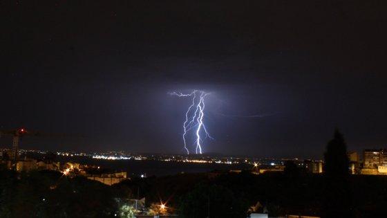 O IPMA prevê céu muito nublado, períodos de chuva ou aguaceiros, granizo e trovoada