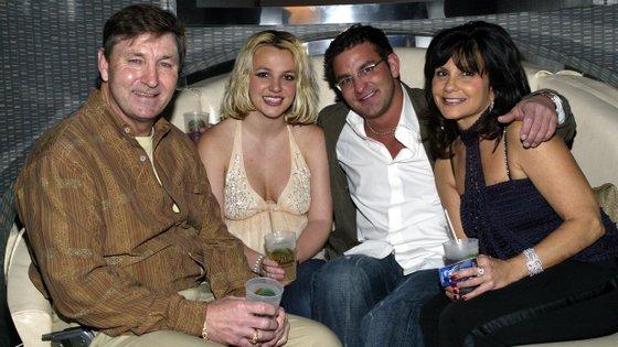 """De acordo com """"The New York Times Presents: Controlling Britney Spears"""", o pai de Britney controlou mensagens de texto, chamadas telefónicas e até o histórico da artista"""