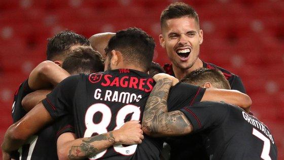 Benfica trabalhou muito bem a bola em equipa, fruto do bom trabalho de João Mário, mas também do equilíbrio de Weigl