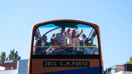 """Pintada de laranja e azul e com o rosto do candidato estampado, a """"Marlene"""" saiu às ruas do Porto em junho"""