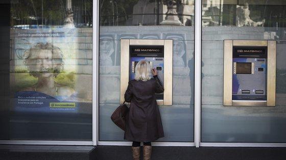 """""""Um polícia detetou movimentações estranhas de um homem que se deslocava reiteradamente a multibancos"""""""