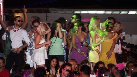 As festas e os ajuntamentos ilegais têm sido vistos como os responsáveis da propagação da variante Delta em Ibiza