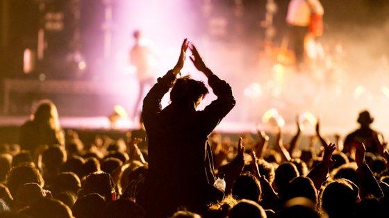 Por não estarem reunidas as condições essenciais para a realização de espetáculos musicais, O Sol da Caparica foi adiado para 2022.