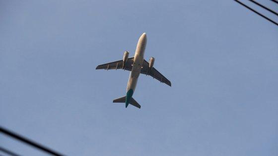 A taxa incide sobre títulos de transporte aéreo comercial de passageiros com partida dos aeroportos e aeródromos situados em território português