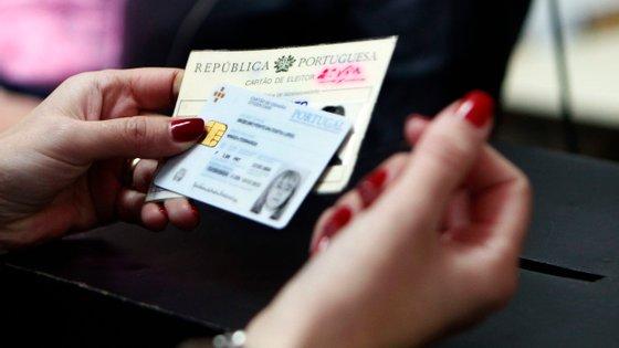 """Os pedidos relativos ao cartão de cidadão podem ainda ser apresentados por via eletrónica, designadamente no portal """"ePortugal"""""""