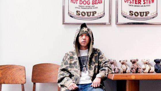 Nigo fotografado com algumas peças da sua coleção pessoal. Ávido colecionador, o designer japonês inclui no seu acervo de milhões várias peças criadas por Takada