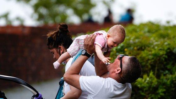 Entre os primeiros sinais de autismo estão evitar o contacto olhos nos olhos e o bebé não responder ao seu nome