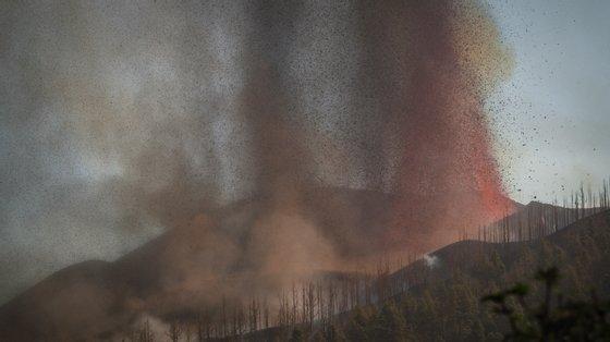 O vulcão Cumbre Vieja, na ilha espanhola de La Palma (Canárias), entrou em erupção no domingo