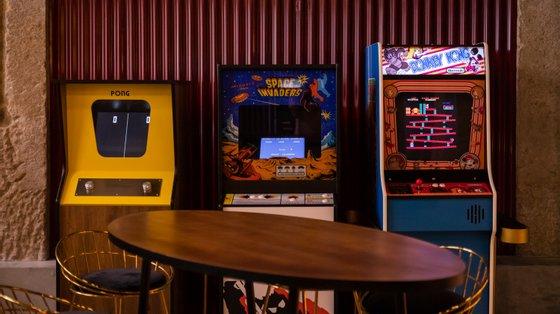 Os tokens são comprados ao balcão. A cada utilização as máquinas arcade são higienizadas