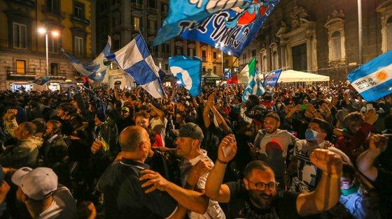 Os adeptos napolitanos encheram as ruas da cidade italiana depois de o clube conquistar a Taça