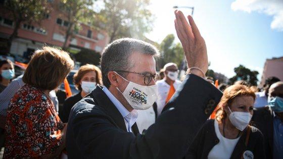 """Carlos Moedas visitou este domingo a Feira das Galinheiras, em Santa Clara, onde se sentiu """"muito bem recebido"""""""