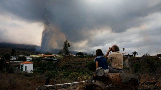O vulcão ficou ativo no domingo e tem agora oito bocas de lava