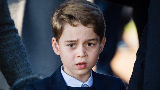O programa conta com uma lista de atores bem conhecidos do público que dão a voz às diferentes personagens integrantes da família real, incluindo Dan Stevens e Orlando Bloom