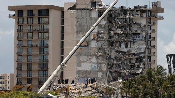 O colapso parcial da Champlain Towers South a 24 de junho, estrutura residencial localizada a uma dezena de quilómetros de Miami Beach, resultou na morte de 98 pessoas