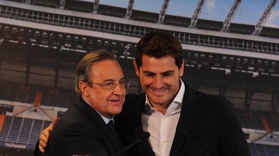 """Florentino Pérez e Iker Casillas aquando da saída do guarda-redes do clube espanhol, em 2015. Mas em 2006 o presidente chamou-lhe """"fraude"""""""